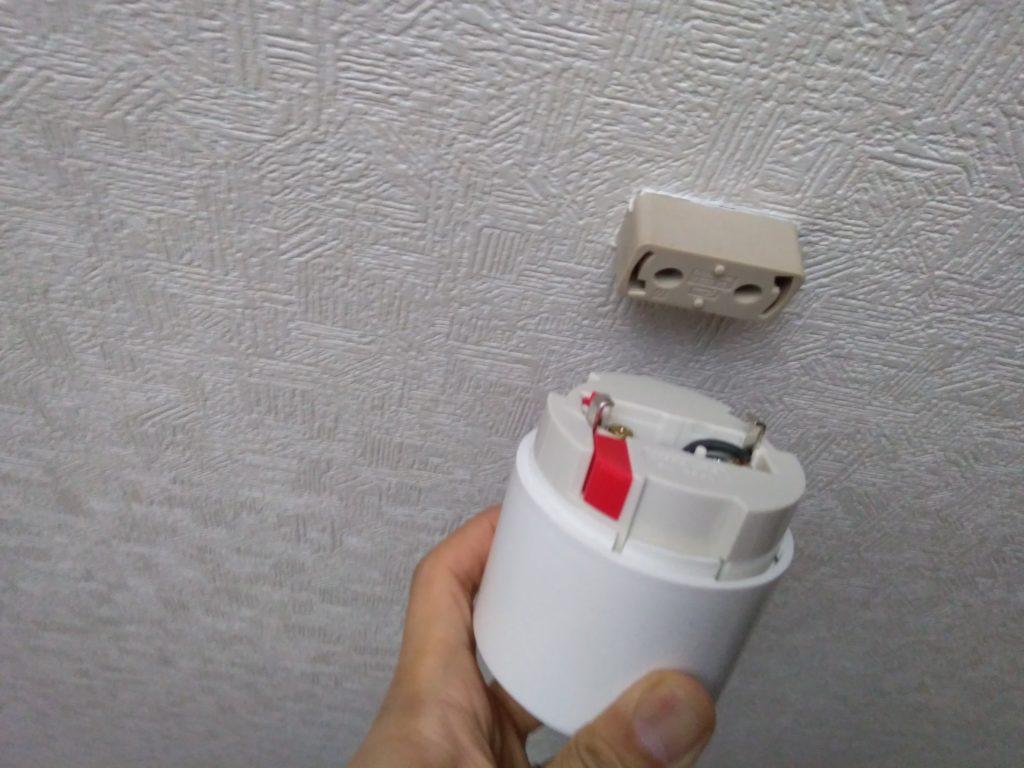 天井へ電源コードを取付