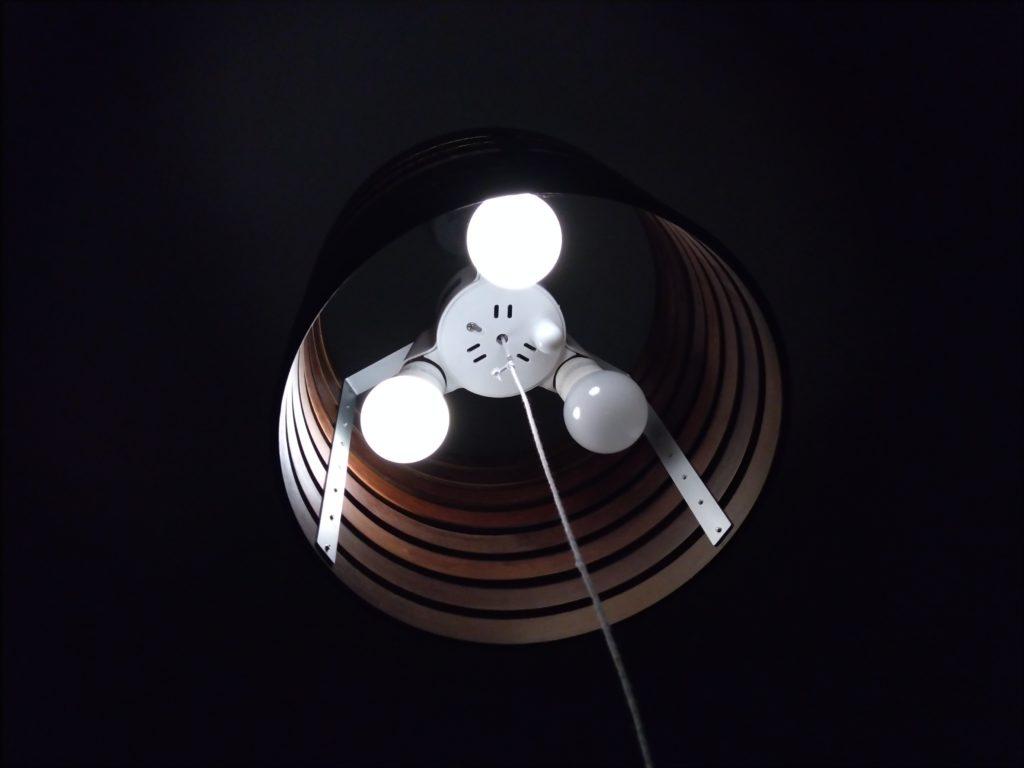 電球の切れたペンダント照明