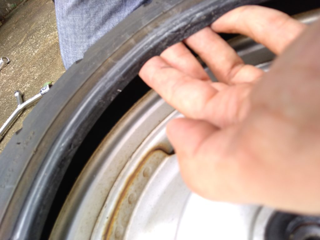 ホイールからタイヤが片側だけ外れた状態