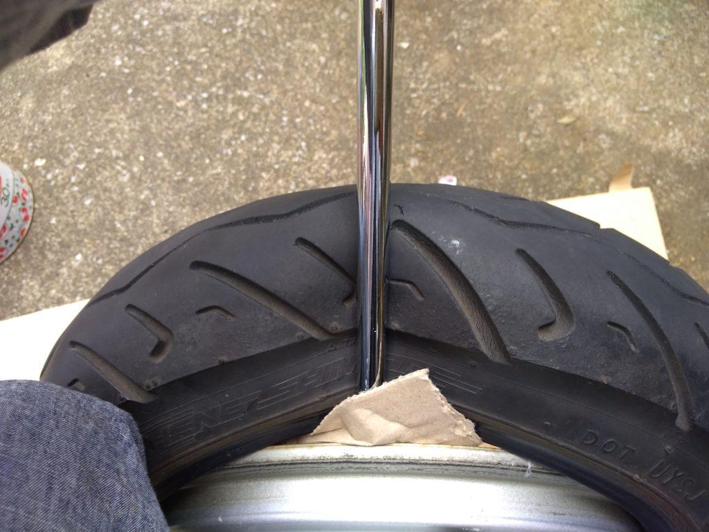 タイヤレバーを押し込んで持ち上げる