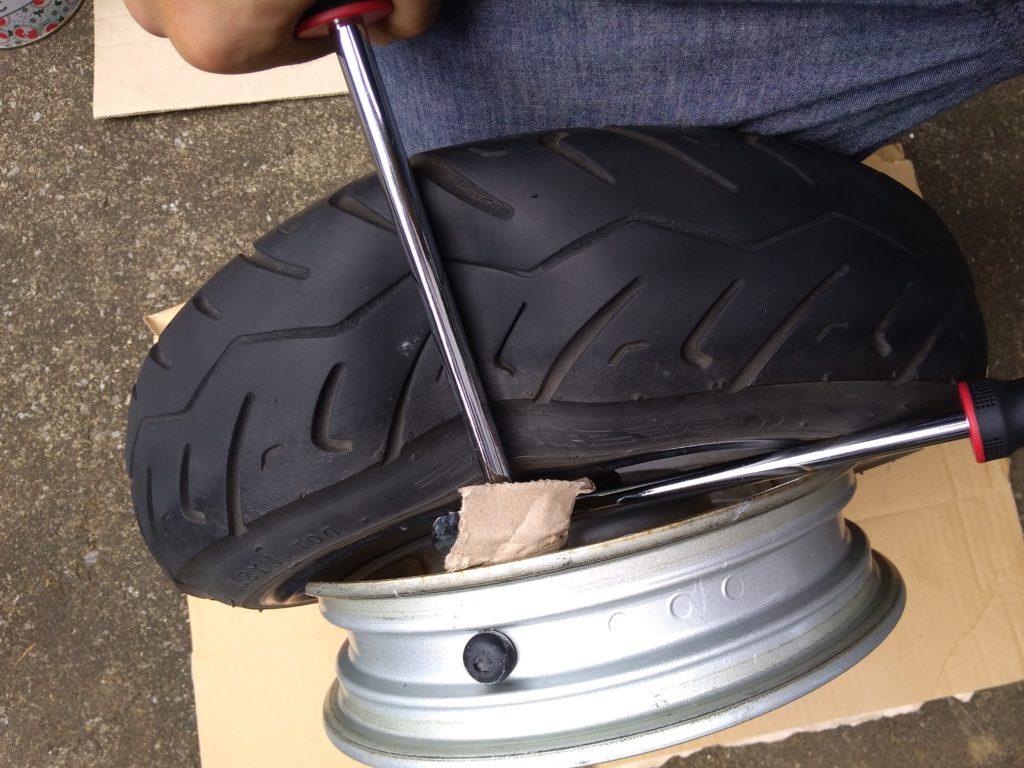 タイヤレバーを倒す