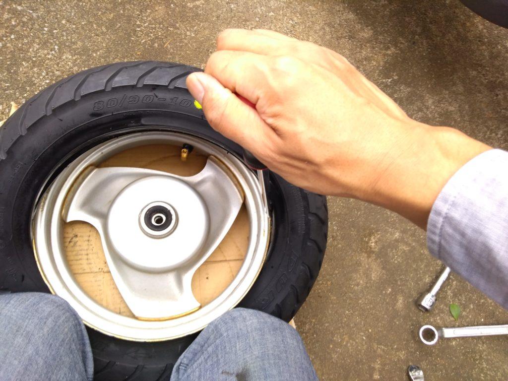 タイヤを少しずつはめていく