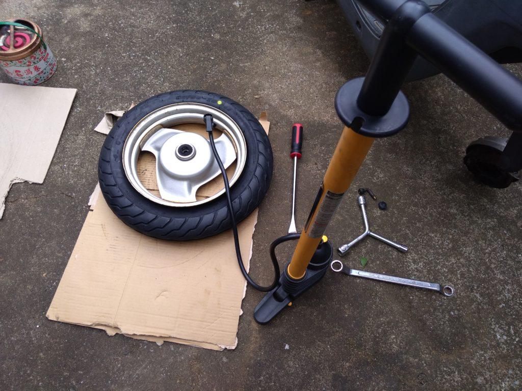 タンク付きの自転車空気入れでタイヤの空気を入れる