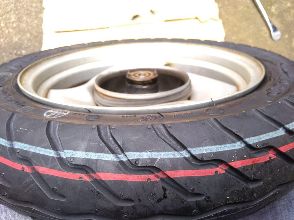 空気の入れ終わったタイヤの内周を確認