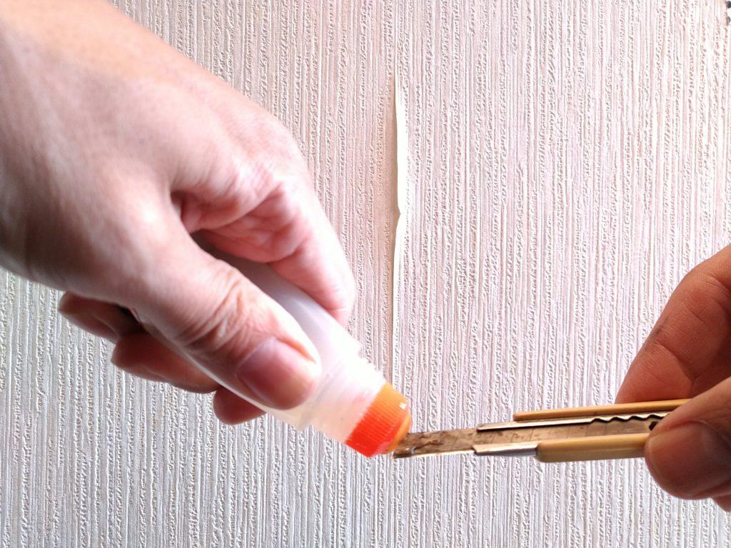 壁紙のはがれ補修でカッターの刃にのりつけ