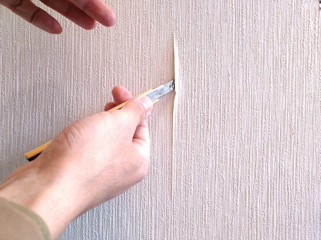 壁紙のはがれ補修で壁紙にのりつけ
