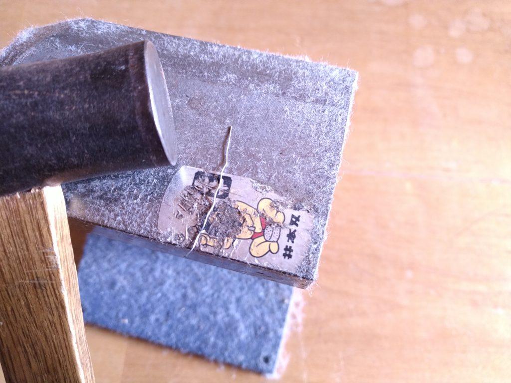 金床を使ってワイヤーブラシを平らにする