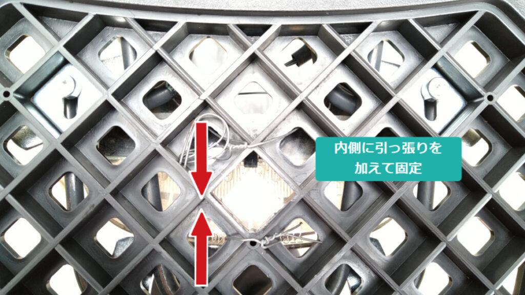 スズキZZのハイマウントストップランプをリアボックスのベースに売り側引っ張りを加えて固定