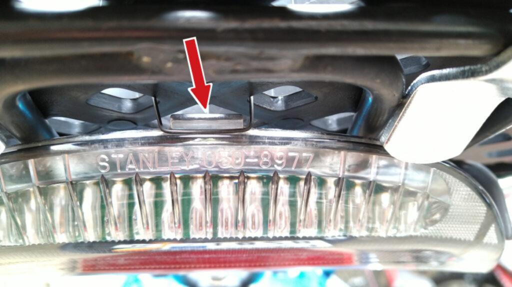スズキZZのハイマウントストップランプのツメをリアボックスのベースに固定