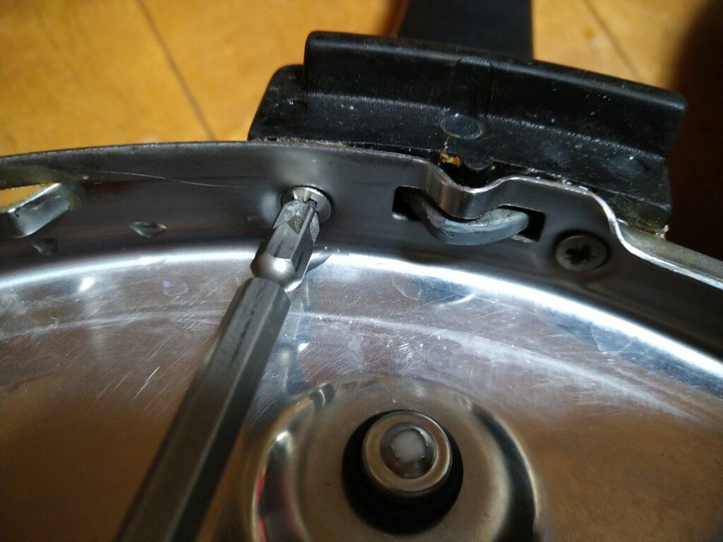 フィスラー圧力鍋のハンドルを外す