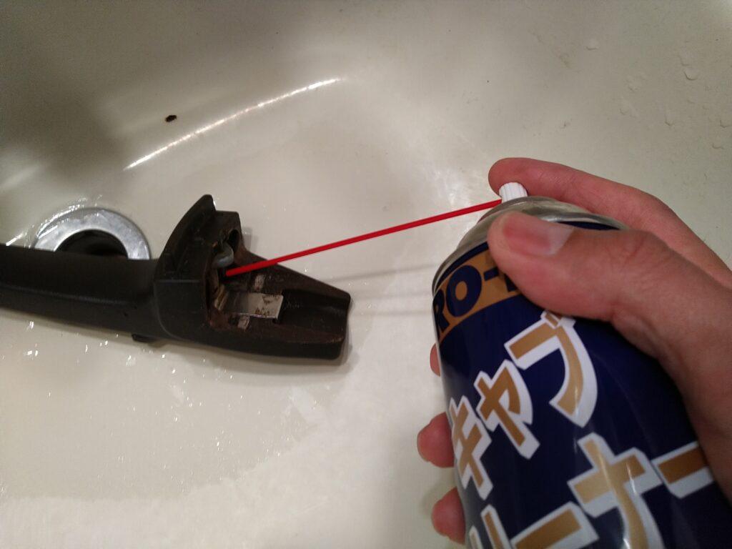 フィスラー圧力鍋のハンドルにキャブクリーナーを吹き付け