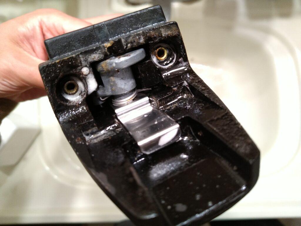 フィスラー圧力鍋のハンドル内汚れがキャブクリーナーでピカピカ