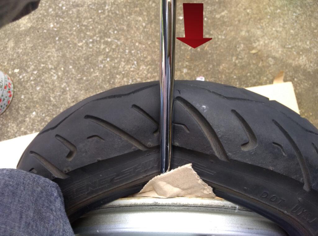 タイヤレバーでタイヤの端を外す