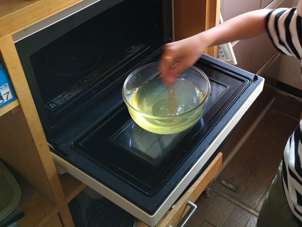 温めたシロップに、お湯で溶かしたゼラチンを投入